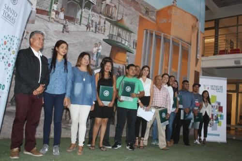 Residentes de María Elena se gradúan de curso de instalación de paneles solares gracias a Minera El Abra