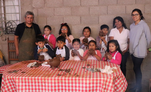 Niños de Toconce conocen las técnicas de la alfarería