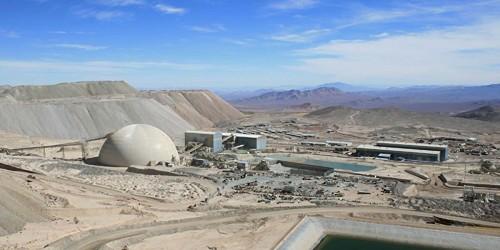 Grupo Luksic inicia lobby por agua de la cuenca del Salar de Atacama y debate portuario