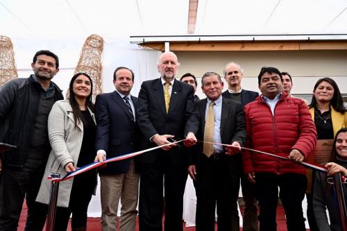 Ministro de Minería entrega viviendas construidas por Collahuasi a familias afectadas por incendios forestales en Santa Olga