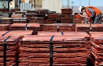 Aumento en los inventarios en Londres hace retroceder el precio del cobre