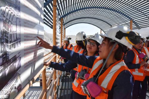 """Mujeres del programa """"Aprendices"""" de Codelco se especializan en el negocio minero"""